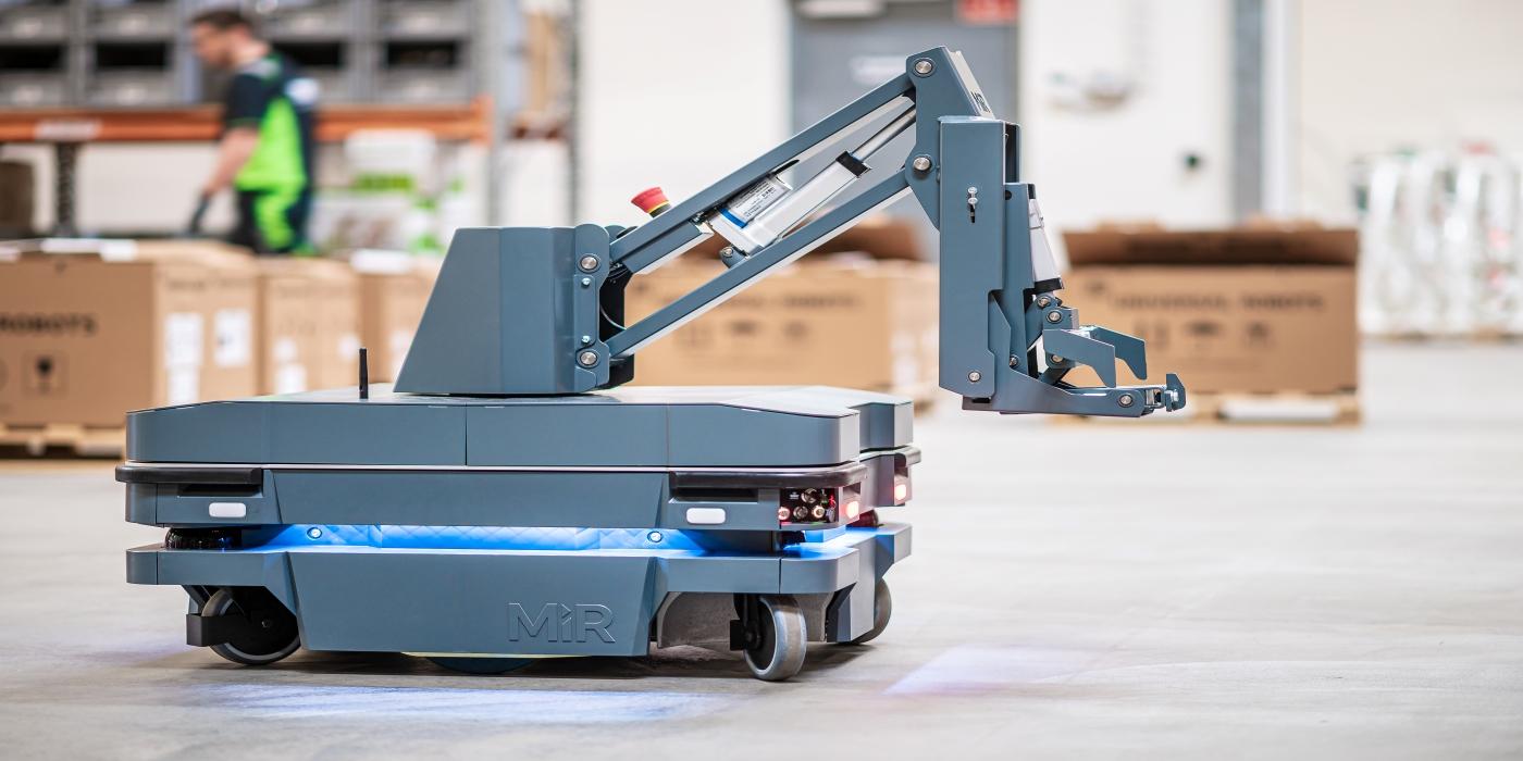 MiR Robots lanza MiR250 Hook, el único robot con gancho del mercado para remolcar carros