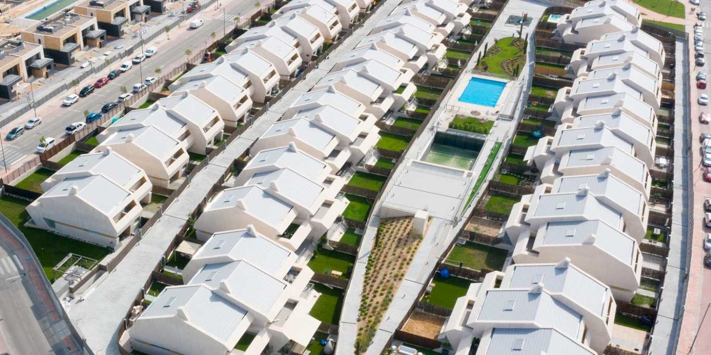 La teja cerámica se reinventa: de los tejados centenarios a la lucha contra el cambio climático