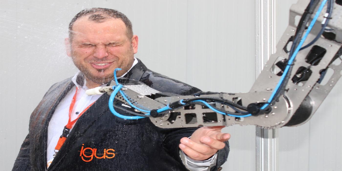 Nuevo robolink IP44 de igus: un robot que desafía los entornos húmedos