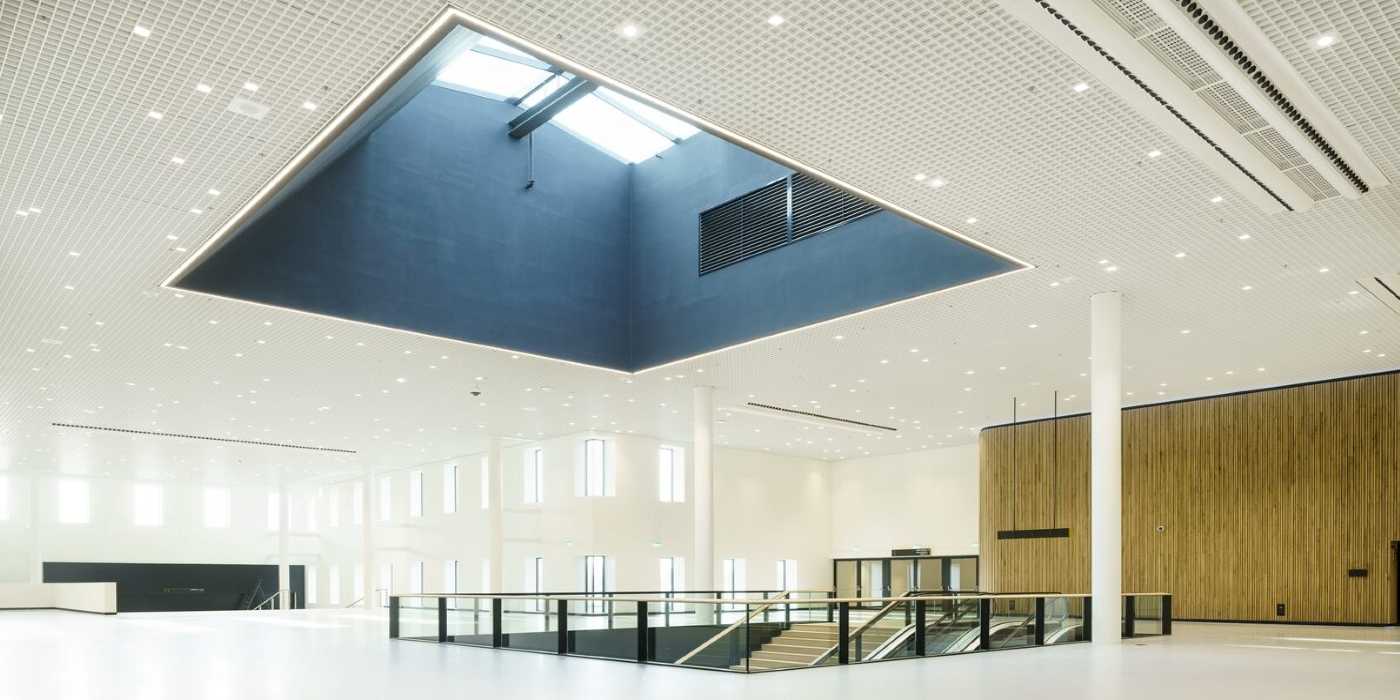 Hunter Douglas impulsa su línea de techos metálicos para interiores